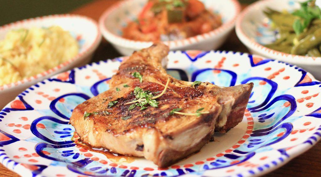 côte de cochon de montagne grillée, un viande ferme dans son jus